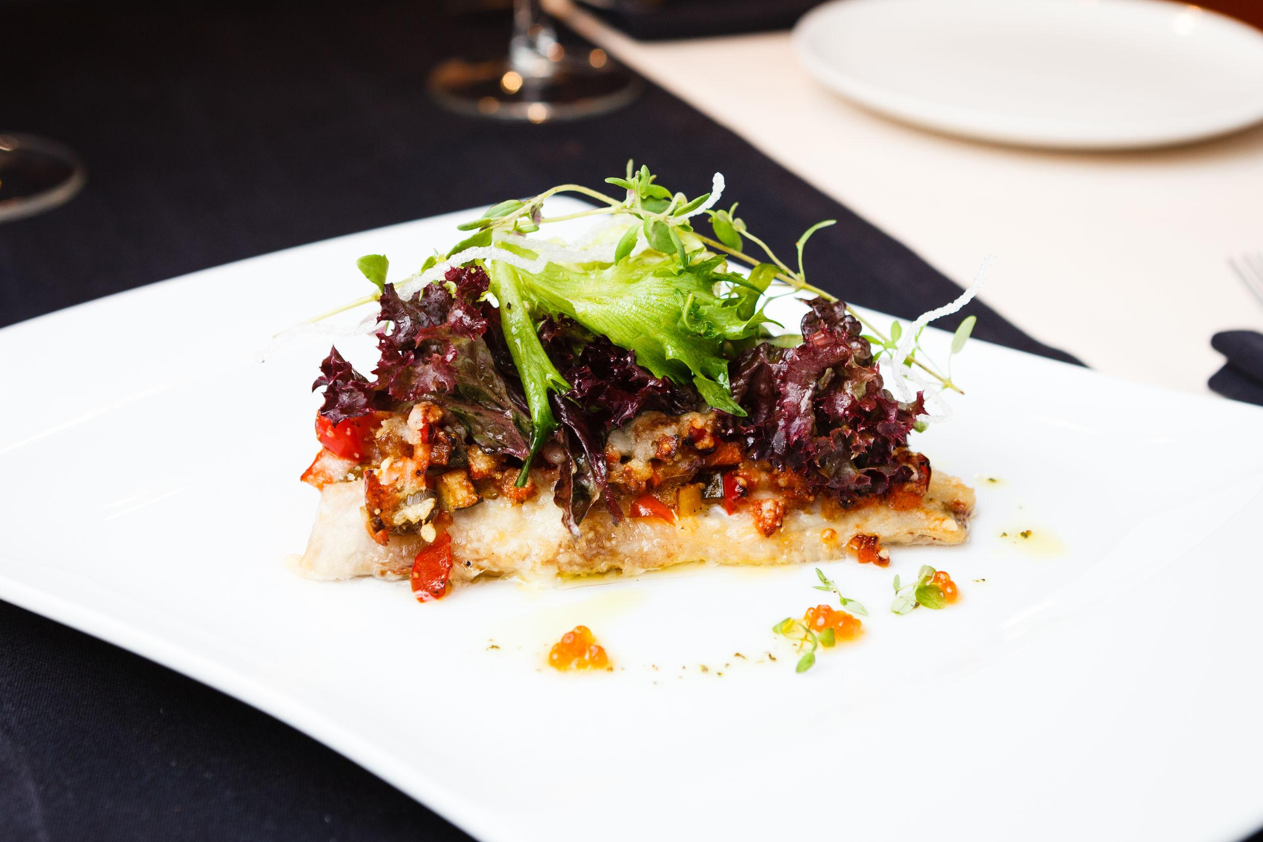 Menù da chef stellati: branzino al karkadè con raita di barbabietola